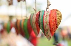 Muitos corações coloridos em uma linha Fotos de Stock