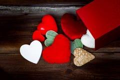 Muitos corações diferentes no fundo de madeira Imagem de Stock Royalty Free