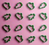 Muitos cortadores da cookie isolados no fundo cor-de-rosa imagens de stock