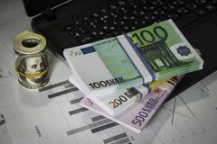 Muitos dólares e euro na tabela Fotos de Stock Royalty Free