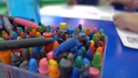 Muitos desenham o lápis colorindo na cubeta video estoque