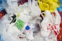 Muitos desperdiçam plásticos no escaninho de lixo foto de stock