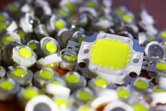 Muitos diodos emissores de luz dirigidos por um 10V poderoso estão no conceito da pilha da energia da economia, dinheiro da econo imagem de stock royalty free