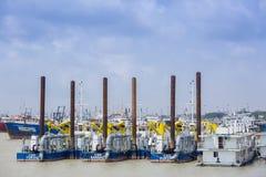 Muitos do petroleiro reservado do óleo gigante que tem esperado em Sadarghat, Chittagong, Bangladesh Imagens de Stock