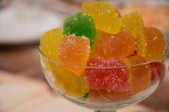 Muitos doce de fruta coloridos na bacia de vidro na tabela imagem de stock