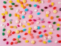 Muitos doces coloridos dispersados, doces, pirulitos no pi brilhante Imagem de Stock Royalty Free