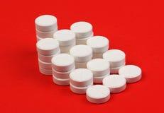 Muitos de comprimidos redondos no formulário da pirâmide Imagem de Stock Royalty Free