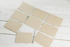 Muitos envelopes do papel de embalagem em uma tabela de madeira Fotos de Stock Royalty Free