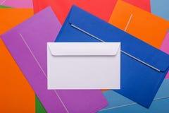 Muitos envelopes postais da cor Envelopes bonitos do fundo para desenhistas fotografia de stock royalty free