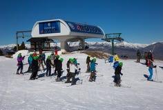 Muitos esquiadores na inclinação do La Molina, Espanha Fotografia de Stock
