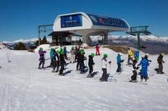 Muitos esquiadores na inclinação do La Molina, Espanha Fotos de Stock Royalty Free