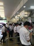 Muitos estudantes estão na fila para comprar o almoço no bar imagens de stock royalty free