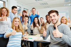 Estudantes que mantêm os polegares Fotografia de Stock Royalty Free