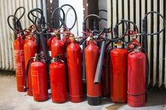 Muitos extintores vermelhos Fotos de Stock