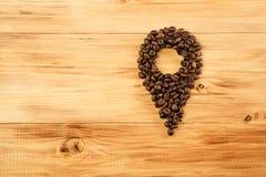 Muitos feijões de café no fundo de madeira fixam o café Imagem de Stock Royalty Free