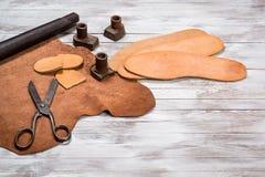 Muitos ferramentas e couro do trabalho para o sapateiro Ofício de couro Copie o espaço foto de stock