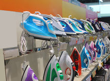 Muitos ferros na mostra multi-colorida estão esperando seu comprador Imagem de Stock Royalty Free