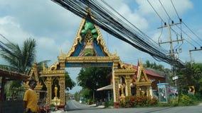 Muitos fios bondes aéreos na frente da porta do templo budista em Koh Samui foto de stock royalty free