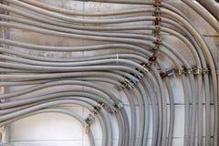 Muitos fios conduzem o corredor no muro de cimento fotos de stock