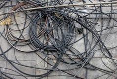 Muitos fios elétricos confusos na terra imagens de stock