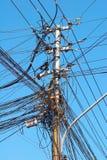 Muitos fios em uma coluna elétrica em Hanoi foto de stock