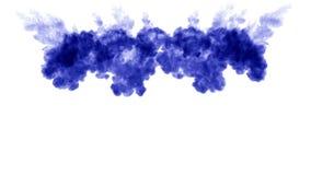 Muitos fluxos da tinta azul isolada injetam A cor torce na água, tiro no movimento lento Uso para o fundo manchado de tinta ou ilustração royalty free