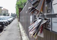 Muitos folhetos na caixa postal fotografia de stock royalty free