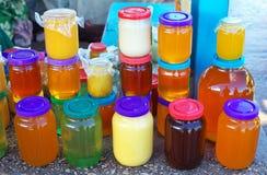 Muitos frascos do mel no contador Imagens de Stock Royalty Free