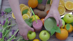 Muitos frutos e batidos do baga e os vegetais na tabela video estoque