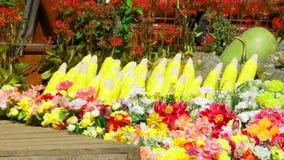 Muitos frutos são alinhados e empilhados junto imagens de stock