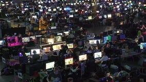 Muitos gamers que jogam em jogos de computador no grande salão video estoque