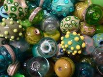Muitos grânulos de vidro coloridos foto de stock royalty free