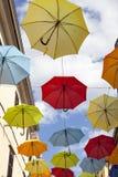 Muitos guarda-chuvas coloridos amarrados através da rua Foto de Stock
