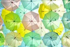 Muitos guarda-chuvas coloridos sob o céu Fotos de Stock