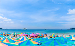 Muitos guarda-chuvas em uma praia tropical Foto de Stock Royalty Free