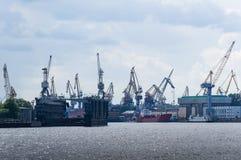 Muitos guindastes e navios na doca imagem de stock royalty free