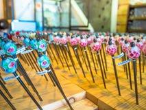 Muitos hashis de madeira em uma loja Hashis de madeira decorativos Espaço enchido com hashis Montão dos hashis lote de imagens de stock royalty free