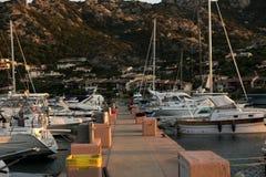 Muitos iate amarraram no porto contra a skyline azul fotografia de stock