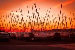 Muitos iate com os mastros altos no cais no por do sol Fotografia de Stock