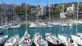 Muitos iate de prazer no porto no Riviera italiano filme