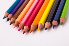 Muitos lápis coloridos diferentes no fundo branco Fotos de Stock