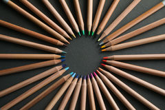 Muitos lápis coloridos diferentes no fundo preto Imagem de Stock