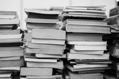 Muitos livros estão na tabela Imagens de Stock Royalty Free