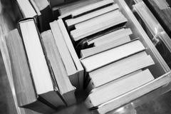 Muitos livros estão na tabela Fotografia de Stock