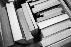Muitos livros estão na tabela Foto de Stock