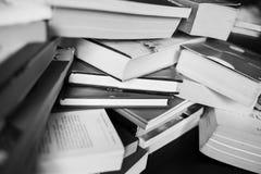 Muitos livros estão na tabela Fotos de Stock Royalty Free