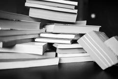 Muitos livros estão na tabela Fotografia de Stock Royalty Free
