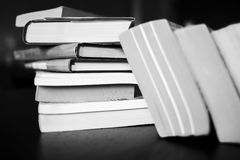 Muitos livros estão na tabela Imagens de Stock