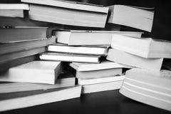 Muitos livros estão na tabela Imagem de Stock Royalty Free