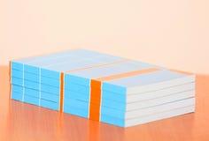 Muitos livros na tabela Imagens de Stock Royalty Free